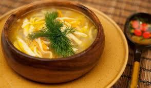 Прозорий м'ясний бульйон з домашньою локшиною – гарна основа для м'ясних супів