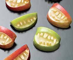 Щелепи з яблук – страшний зубастий десерт на Хеллоуїн