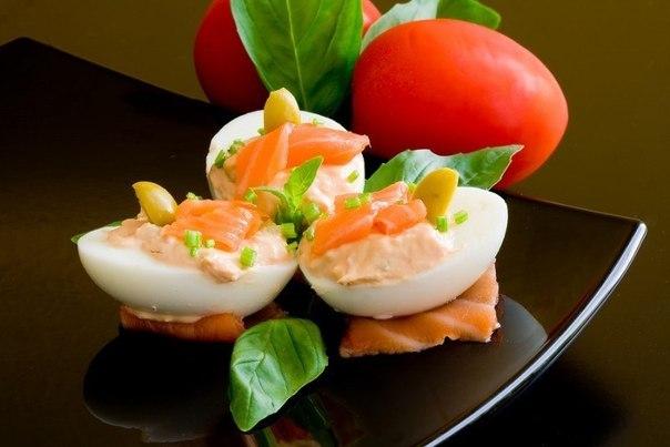 Фаршировані яйця з сиром і часником – холодні закуски, рецепт з фото