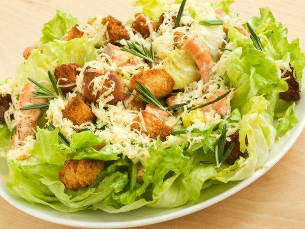 """Салат """"Цезар"""" з сухариками – рецепт класичний з фото і відео. Як приготувати салат """"Цезар"""" і соус для салату"""