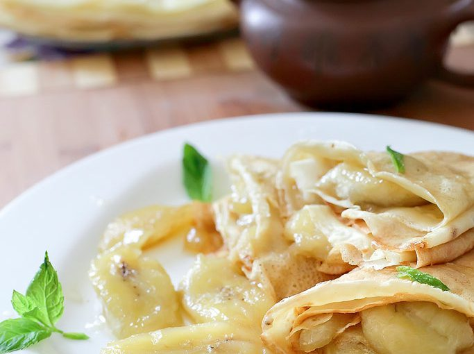 Солодка бананова начинка для млинців – смачні млинці з бананом