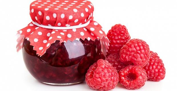 Ягоди малини в власному соку без цукру – прості і легкі заготовки в домашніх умовах.