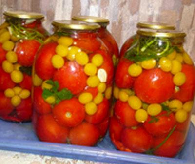 Алича консервована з томатами і часником – оригінальний рецепт аличі на зиму.