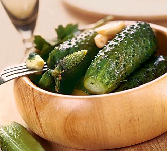 Малосольні огірки хрусткі в банці – оригінальний і простий рецепт на зиму.