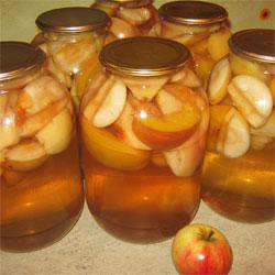 Домашній компот з яблук – простий рецепт заготовки яблучного компоту на зиму з можливим додаванням ягід.