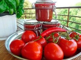 Червоний гострий перець і томатний соус – смачний і простий рецепт заготовки Апетитка на зиму.