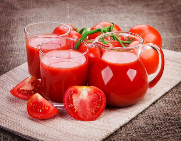 Томатний сік, томатне пюре і томатна паста – три стадії домашньої заготовки з томатів на зиму.