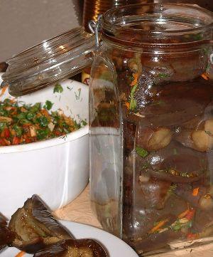 Мариновані баклажани фаршировані часником, морквою і перцем. Простий рецепт заготовки на зиму – закуска виходить швидко і смачно.