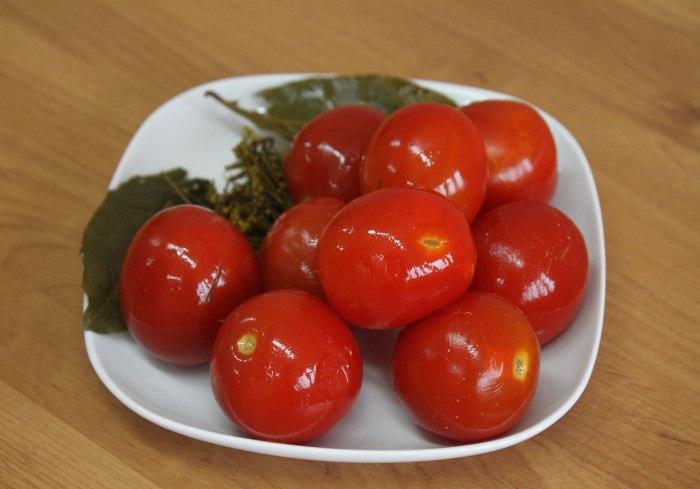Помідори засолені з морквою холодним способом у відрах або бочці – як смачно солити помідори на зиму без оцту.