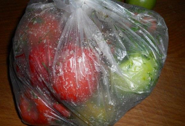 Домашні солоні помідори в мішку – рецепт засолювання помідорів з буряком