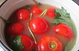 Солоні помідори з гірчицею на зиму. Старовинний рецепт заготовки – соління помідор холодним способом.