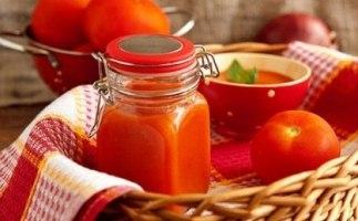 Домашній гострий соус з помідорів, перцю і яблук – рецепт томатної приправи на зиму.