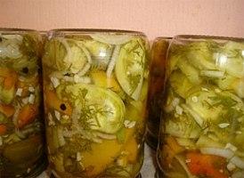 Смачний салат із зелених помідорів на зиму – як приготувати салат із зелених помідорів з солодким перцем і цибулею.