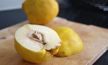 Ціла айва у власному соку – проста і смачна заготівля з айви на зиму.