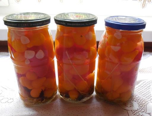 """Мариновані помідори """"медова крапля"""" з червоним салатним перцем і пряними травами – покроковий рецепт з фото."""