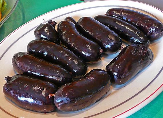 Рецепт кров'яної ковбаси приготовленої в домашніх умовах з додаванням сала і спецій.