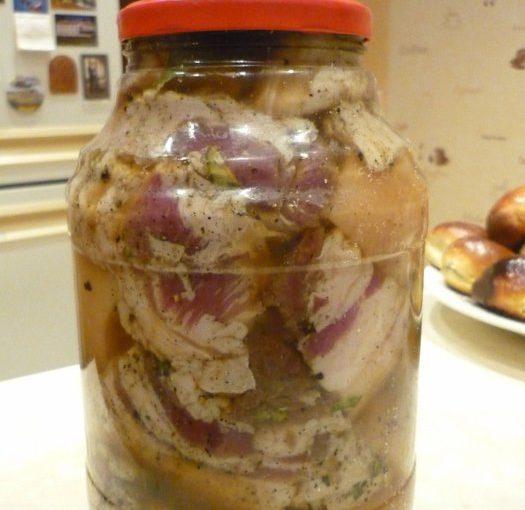 Солоне сало в розсолі з часником – оригінальний рецепт як засолити смачне сало в розсолі.