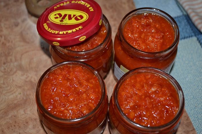 Гостра аджика з хріном, помідорами, яблуками і часником на зиму – простий домашній рецепт з фото.