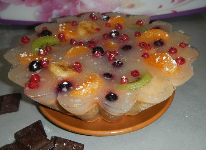 Желейний торт з фруктами на пісочній основі та пісочне печиво з повидлом