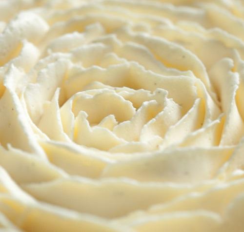 Масляний крем з цукровим сиропом для прикрашання тортів, що добре тримає форму