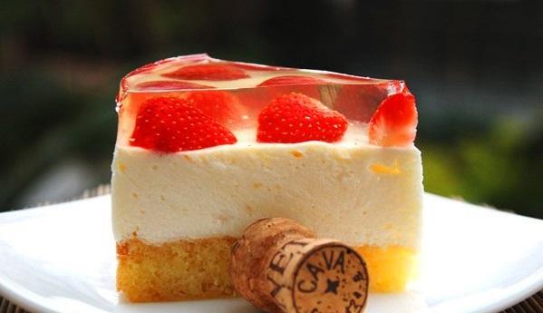 Смачний желейний торт з бісквітом і сирним желе з фруктами – простий рецепт як зробити в домашніх умовах