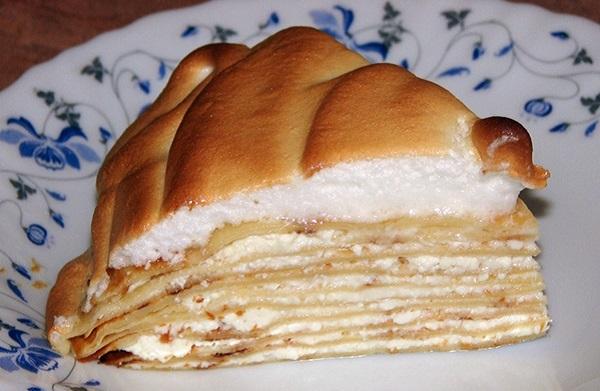 Солодкий млинцевий пиріг з сирною начинкою і збитими білками з тонких млинців