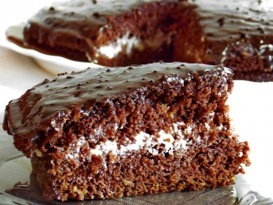 Шоколадний торт на кефірі зі сметанним кремом – швидко та смачно