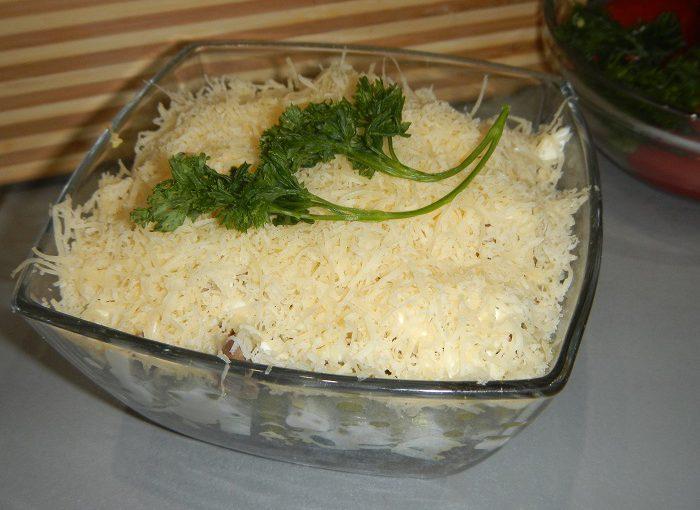 Смачний салат з курячою печінкою