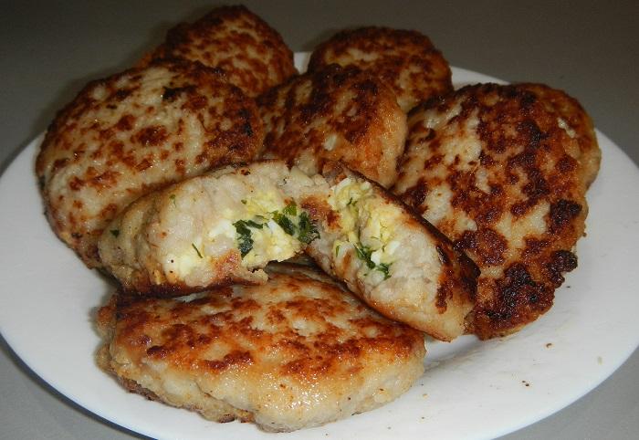 Смачні та соковиті котлети з начинкою з сиру і яєць