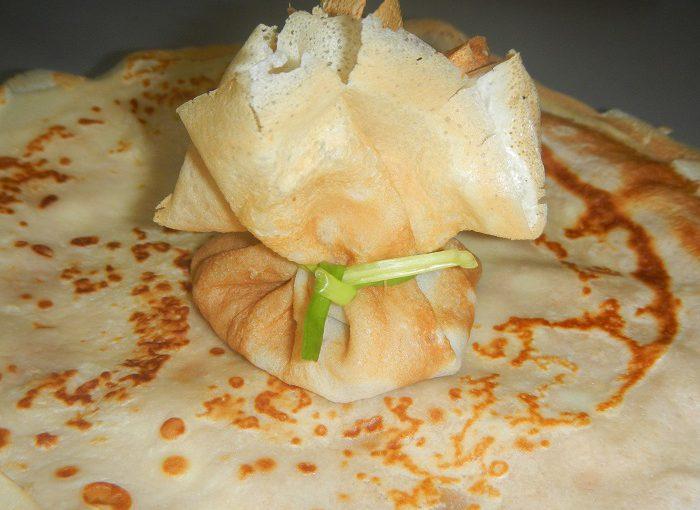 Млинцеві мішечки з куркою – смачна закуска із млинців з начинкою з м'яса