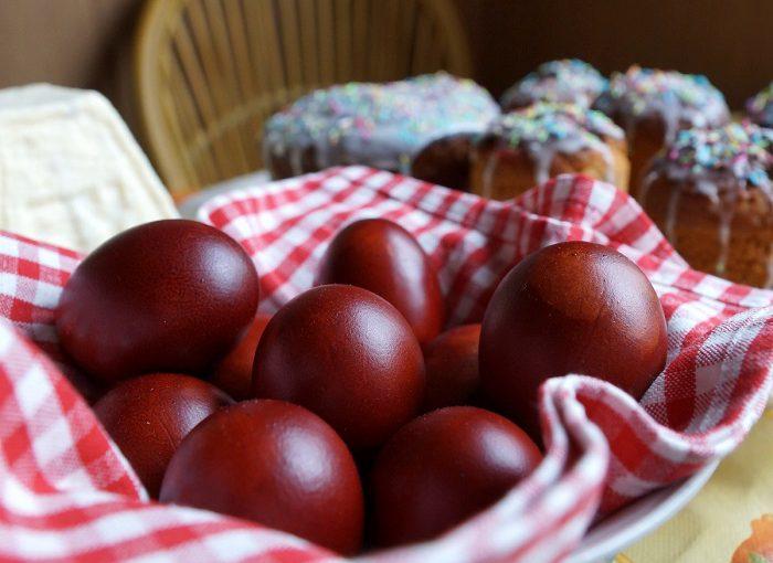Як фарбувати яйця в цибулинні на Великдень – незвичайні способи фарбування