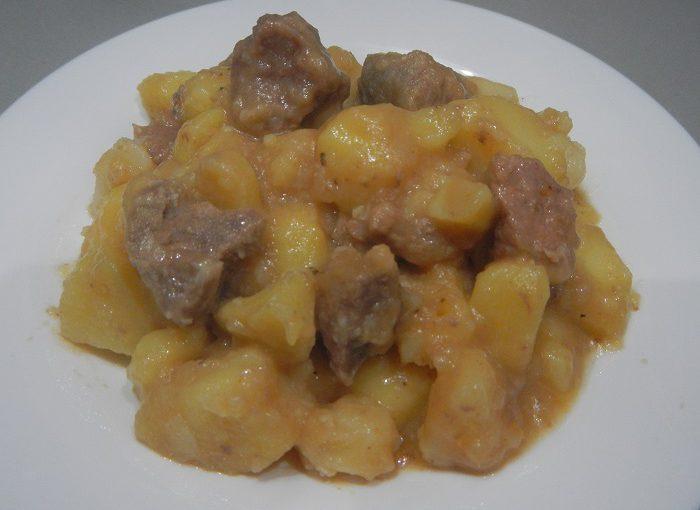 Тушкована картопля з м'ясом в мультиварці, в каструлі і на багатті