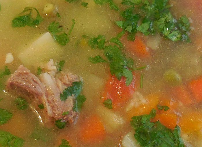 Смачний овочевий суп з м'ясом, замороженим зеленим горошком і стручковою квасолею в мультиварці