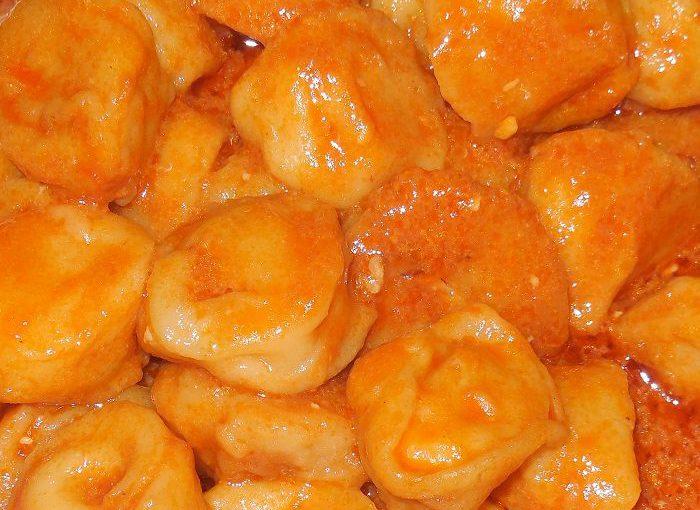 Пельмені в мультиварці, тушковані в соусі зі сметани і томату