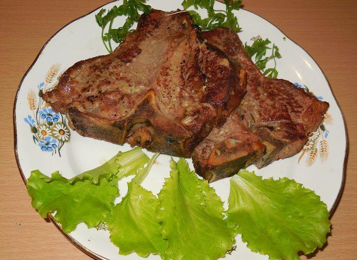 Смачний і соковитий стейк з яловичини або свинини Ті-бон