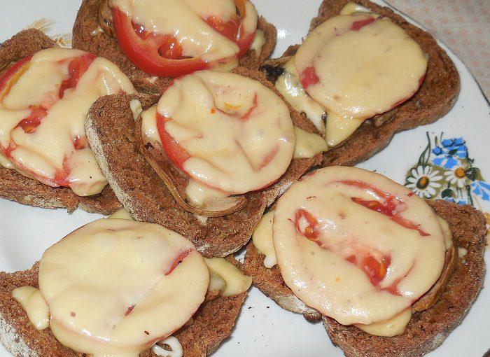 Смачні гарячі бутерброди з грибами печерицями