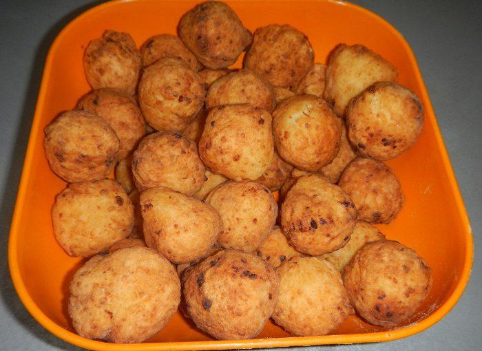 Смачні сирні пончики смажені в маслі на сковороді