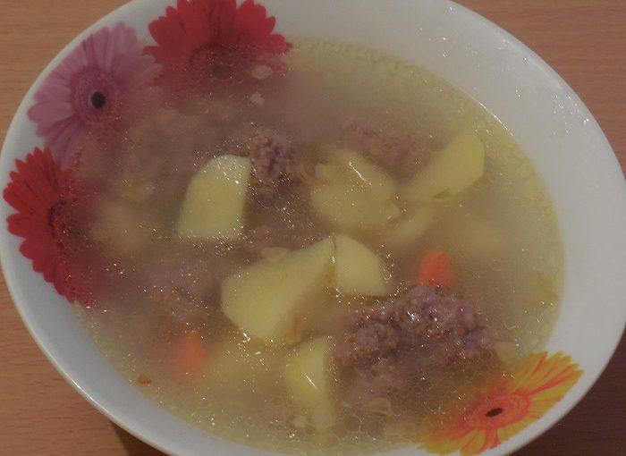 Смачний суп з фрикадельками з фаршу і манки