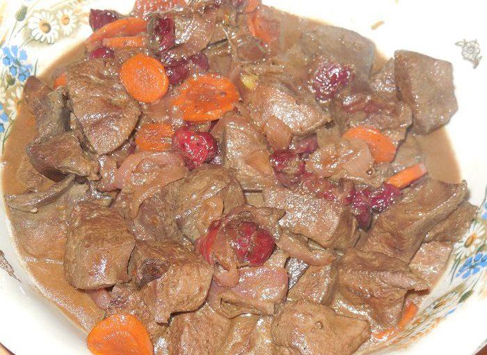 Смачна і м'яка свиняча печінка, тушкована в медовому соусі з вишнею і спеціями