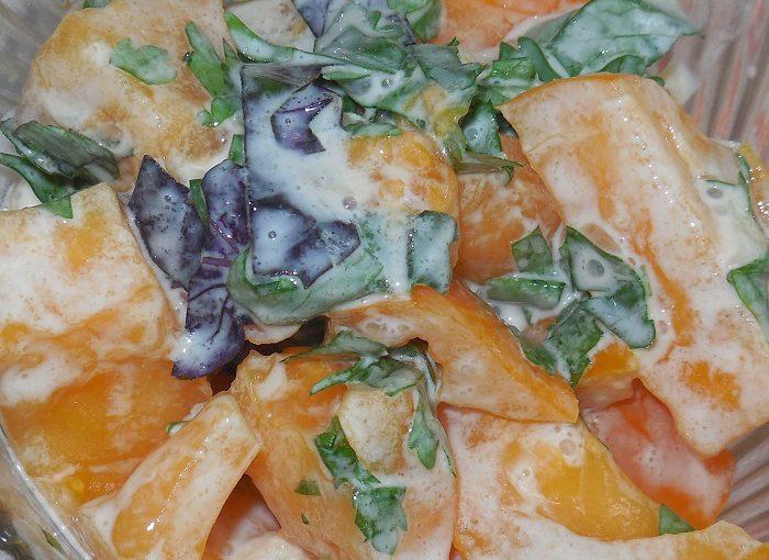 Простий і смачний салат зі свіжих помідорів з сметаною, часником і базиліком