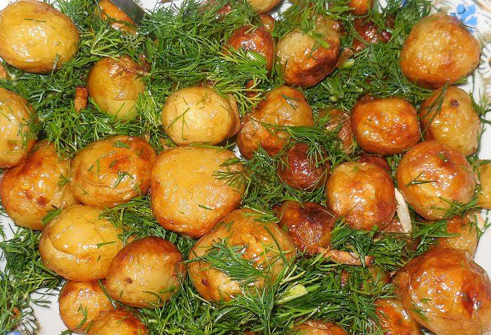 Дрібна молода картопля смажена цілою на сковороді з часником і кропом