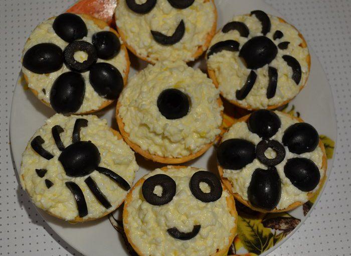 Смачні святкові тарталетки з сиром і яйцем
