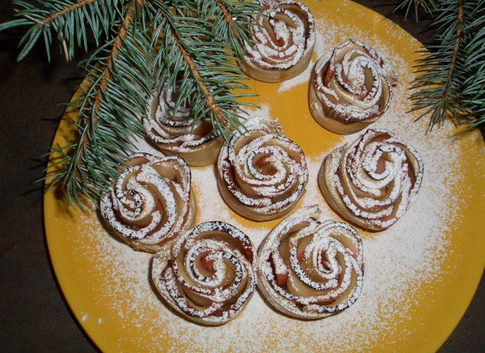 """Тістечко """"Троянди"""" з листкового тіста і яблук під снігом з цукрової пудри"""