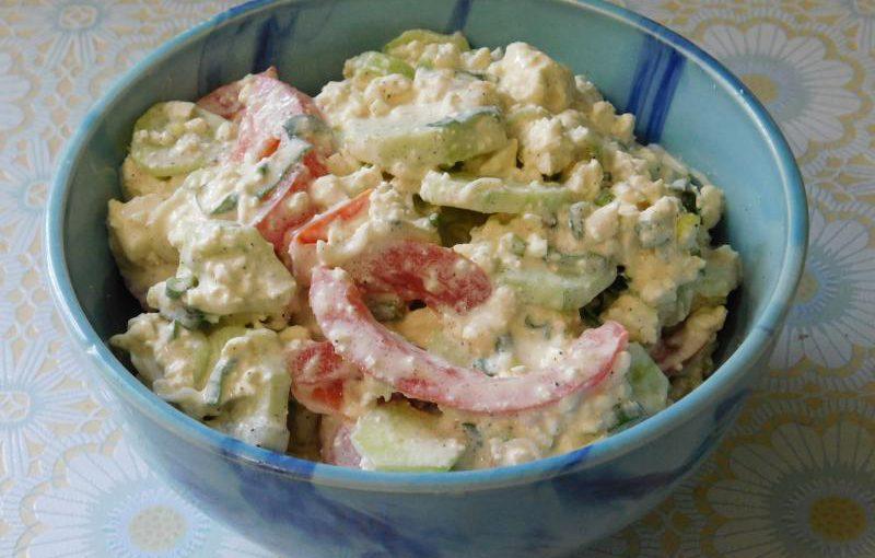 Овочевий салат з сиром, огірком і помідором або сирний селянський салат