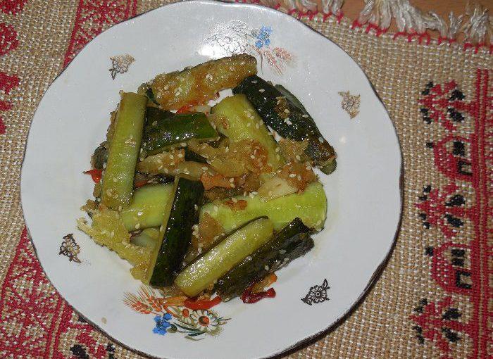 Свіжі смажені огірки з гострим перцем, часником і кунжутом – азійський овочевий салат
