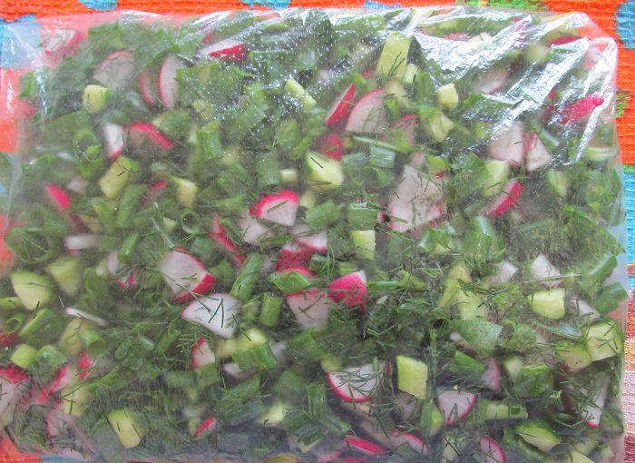 Заготівля для окрошки з огірків, зелені та редиски – заморозка на зиму