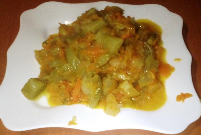 Дуже смачний салат із зелених помідорів на зиму з морквою і цибулею