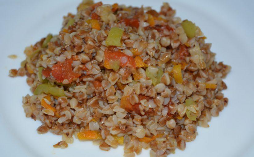 Смачна розсипчаста гречка з овочами на сковороді