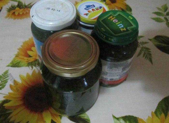 Свіжа зелень з часником, перцем і сіллю в банці на зиму