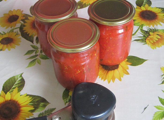 Домашній гострий соус з помідорів, солодкого, гострого перцю і часнику на зиму